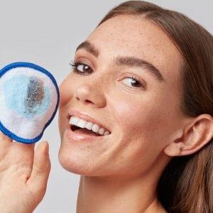 woman using eyeko makeup remover